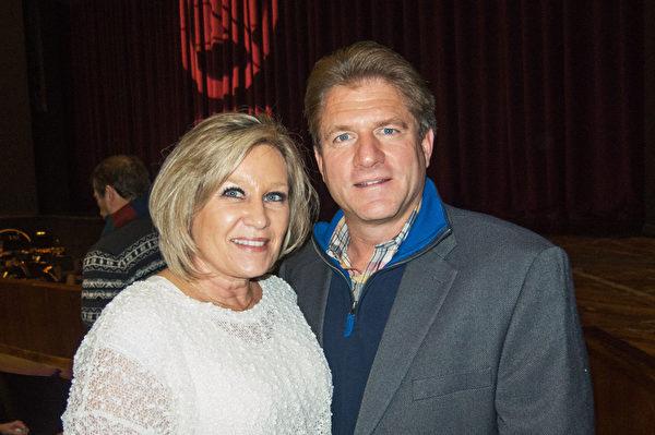 建筑公司老板伦特‧凯勒(Brent Keller)与太太对神韵精彩的演出赞不绝口。(马亮/大纪元)