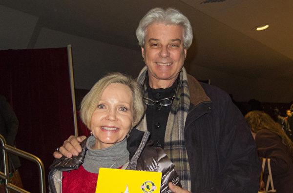 地产开发商福涅尔先生(右)携夫人一起观赏了当天神韵世界艺术团的演出。(马亮/大纪元)