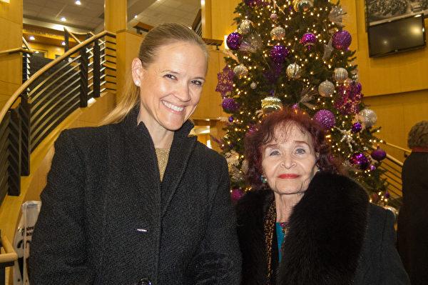 药剂师蕾妮‧佩蒂(Renee Petty,左)与朋友贝蒂‧哈里斯(Betty Harris)一起分享观看神韵后的激动。(马亮/大纪元)