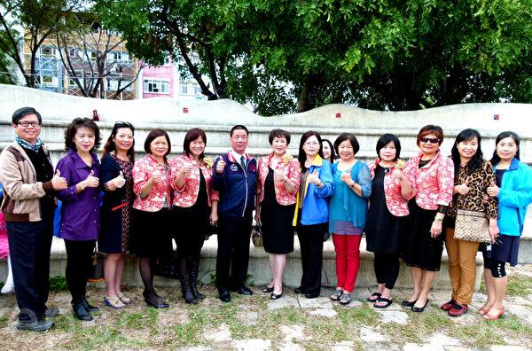 台东兰馨交流协会多位姊妹和台东市长张国洲(左6)参与法轮功学员向法轮功创始人李洪志大师拜年活动。 (龙芳/大纪元)