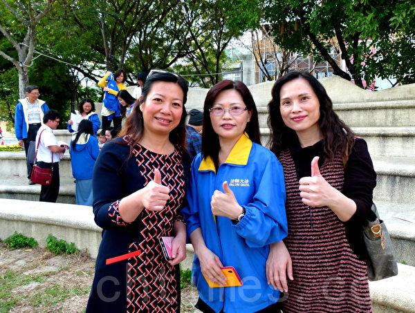 新光人寿处经理林秋美(左1)与法轮功学员合影。(龙芳/大纪元)