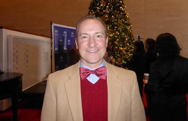 销售经理Zed Pann12月27日下午,在美国休斯顿琼斯表演艺术剧院,观赏了神韵纽约艺术团在美国休斯顿的第7场演出。他赞扬神韵真正地将中国的文化遗产与世界分享了美德、善良和喜悦。(袁丽/大纪元)