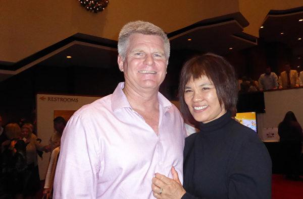 商业潜水教师Glenn Hutchinson与他的韩裔妻子,12月27日下午,在美国休斯顿琼斯表演艺术剧院观赏了神韵纽约艺术团在美国休斯顿的第7场演出。Hutchinson表示(神韵)音乐可以令人平静,同时音乐中又蕴涵着巨大的能量。(袁丽/大纪元)