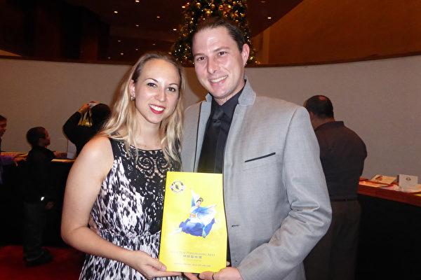 画家Corey Morgan与夫人摄影师Lauren Martin于12月27日下午,在美国休斯顿琼斯表演艺术剧院观赏了神韵纽约艺术团在美国休斯顿的第7场演出。他们感到神韵让他们与神相连。(袁丽/大纪元)