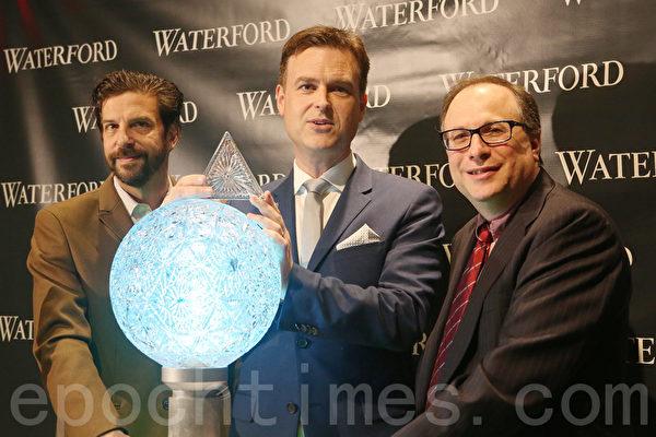 布潤南(中)、湯普金斯(左)和斯特勞斯(右)展示新設計的水晶板。(杜國輝/大紀元)
