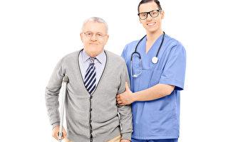 美国一项研究表明,帮助别人可以纾解自己的压力,有益健康。图为年轻医生帮忙搀扶一名老人。(Fotolia)