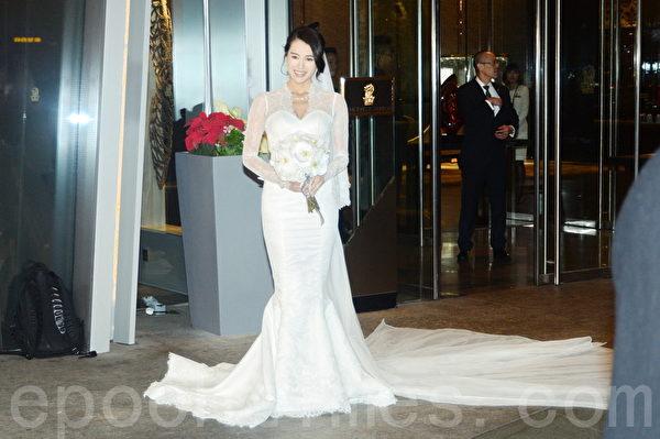 婚宴前,杏儿身披白色拖尾婚纱现身。(宋祥龙/大纪元)