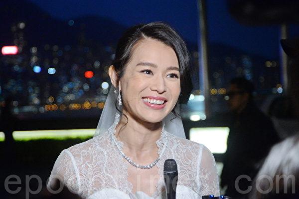 杏儿身披白色拖尾婚纱甜蜜现身会传媒。(宋祥龙/大纪元)