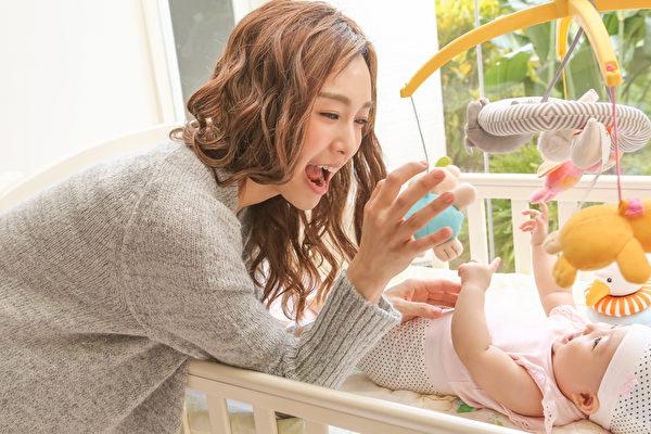 女婴在片场不哭不闹,还自动转头看镜头,可爱模样更掳获范范的芳心。(福茂提供)