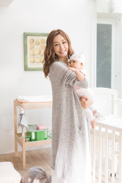 """MV中,由""""妈妈歌手""""范范担纲女主角,抱着6个月大的女婴一起入镜。(福茂提供)"""