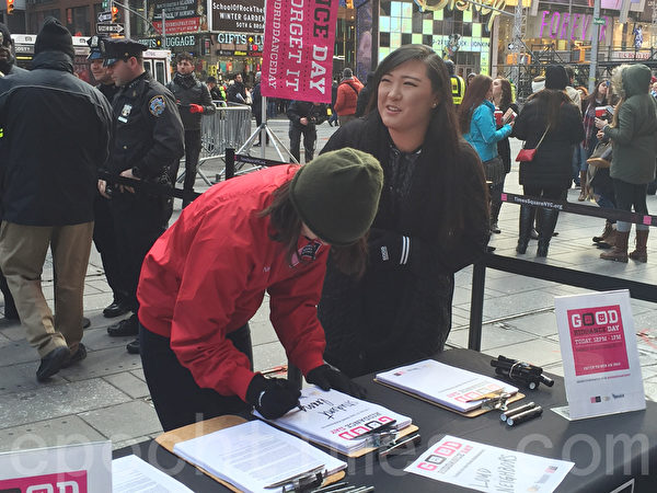 人們在時代廣場上寫下2015想要甩掉的東西。(施萍/大紀元)