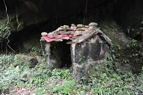 巨岩下的古老小有应公庙,见证了古道的历史(★4)。 (图片提供:tony)