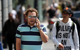 哥伦比亚广播公司(CBS News)29日报导,人们使用手机或其它电子装置分心导致的意外事故屡见不鲜,而且有增高的趋势。根据最新的一项调查,约10%行人因走路时分心而受伤送医急救。(Justin Sullivan/Getty Images)