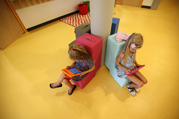 荷兰的孩子们上小学第一天在使用触屏电子设备。(CATRINUS VAN DER VEEN/AFP/Getty Images)