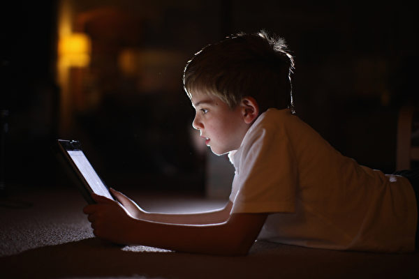 触屏成为大众家电之后,其对幼儿的吸引力更加阻挡不住。 (Christopher Furlong/Getty Images)