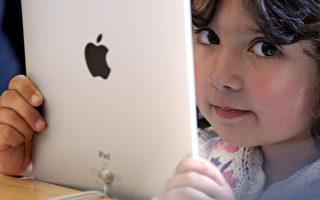 新近報告顯示,嬰幼兒使用觸屏設備的能力驚人,但專家對孩子過早使用觸屏設備多持否定態度。(Dan Kitwood/Getty Images)