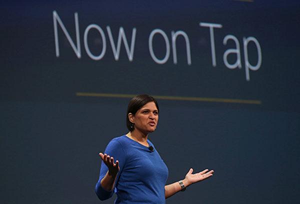 2015年5月28日,美国旧金山,谷歌工作人员在开发者大会上介绍新的Now on Tap功能。(Justin Sullivan/Getty Images)