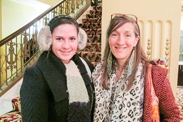 """Carolyn Goodman(右)观看了12月29日晚的神韵演出后高兴地说:""""真、善、忍把我们联系在一起!""""(梁欣/大纪元)"""