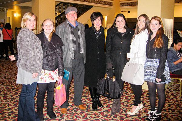 2015年12月29日晚上7点30分,Mike Roberts先生与家人一同观看了神韵演出,当作圣诞节礼物。(林家维/大纪元)