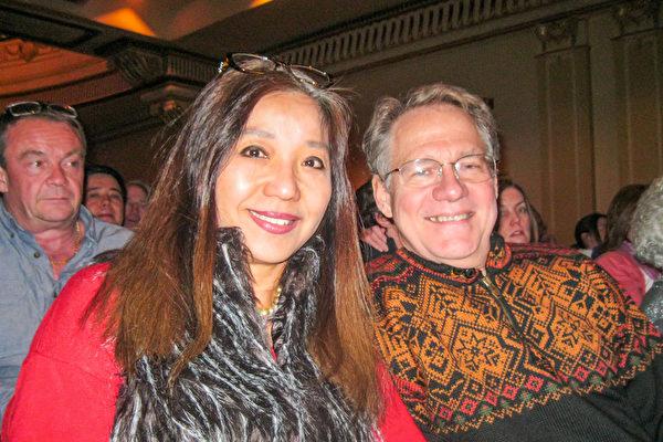 金融顾问陆女士(Jennifer Lu)和医生先生一起观看了当晚的演出,对演出赞不绝口。(萧雨晴/大纪元)