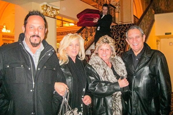 Eshimskitores女士和先生及朋友一起观看了当晚的演出,四个人都表示非常喜欢演出。(萧雨晴/大纪元)
