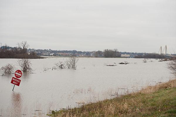 2015年12月29日,美国伊利诺伊州和密苏里州当局已提高密西西比河及其支流的19个水坝的防洪监控警戒,并关闭部分州际公路及扩大疏散洪灾地区居民。本图为密苏里州西奥尔顿的67号公路,已完全被洪水淹没。(Michael B. Thomas/Getty Images)