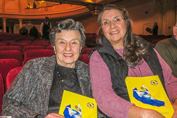 曾是洛杉矶著名音乐剧歌唱演员的哈珀教授(左),节目结束后久久不愿离开剧场。(马亮/大纪元)