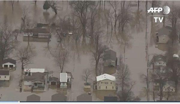 密西西比河的河水暴涨,造成沿岸水坝在29日出现前所未见的高水位纪录。(AFP视频截图)