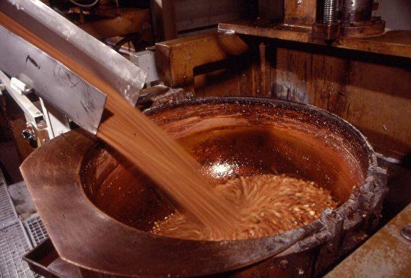 所有吉利莲巧克力均选用100%纯可可脂,并配以秘制榛仁酱,以传统生产工艺加以制作,不仅其贝壳纹理光鲜亮丽,而且口味浓香至醇。(吉利莲提供)