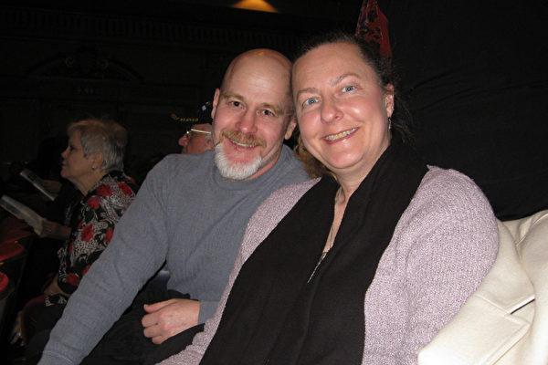 Lloyd夫妇一同观看了神韵演出,当作年终前的最后一份礼物。(林家维/大纪元)