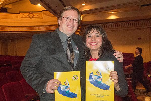 """大学教授Mark Sabolik和太太Sonia Sabolik一同观看了神韵晚会的演出后表示,""""演出太棒了。我们之前没看过如此的演出,在看到广告后我觉得眼睛一亮。我决定买票送给我太太的一个惊喜。"""" (马亮/大纪元)"""