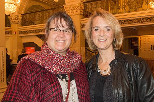 银行经理洛瑞.哈丁(左)去年请经济紧张的姐姐雪莉(右)看了神韵,今年获姐姐回赠观赏神韵。(马亮/大纪元)