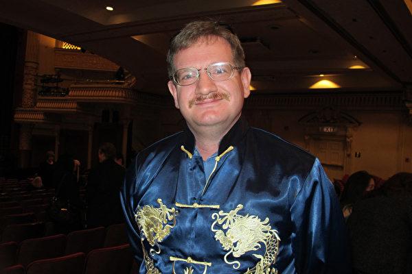"""穿着印有龙纹的传统中国服装的Paradise先生激动的表示,""""这是绝对华丽。神韵晚会大幕拉开的那一刻,我的眼泪就留下来了。""""(梁欣/大纪元)"""