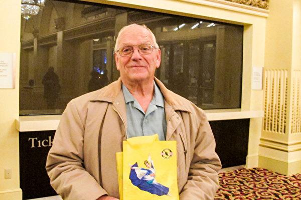 """Glen Walker在观看了12月30日晚神韵世界艺术团在美国盐湖城国会大厦剧院的演出后高兴地说:""""我到了天堂了。""""(梁欣/大纪元)"""