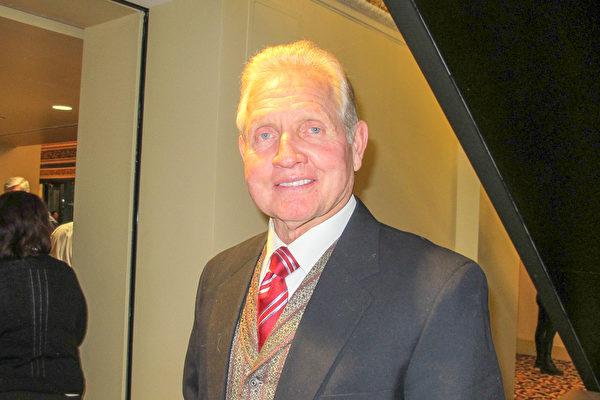 """律师Robert Monson在观看了12月30日晚神韵世界艺术团在美国盐湖城国会大厦剧院演出后感叹道:""""这是令人耳目一新的晚会。""""(梁欣/大纪元)"""