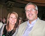 Dave Roggensack和太太一起观看了12月30日晚上的神韵演出。(萧雨晴/大纪元)