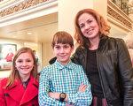 Kelly Goff和孩子們一起觀看了當天下午的演出,表示演出絕對「超出預期」。(蕭雨晴/大紀元)