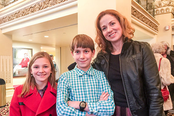 """Kelly Goff和孩子们一起观看了当天下午的演出,表示演出绝对""""超出预期""""。(萧雨晴/大纪元)"""