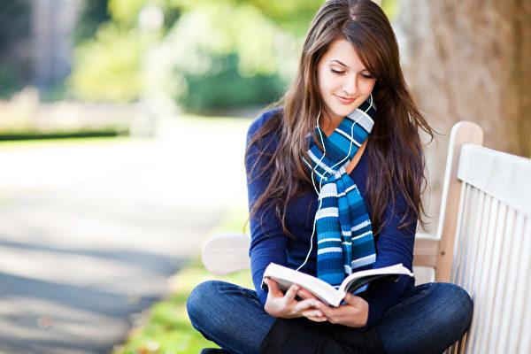 在玩数独、填字游戏或读书的过程中,头脑就会感受到其益处。(Fotolia )