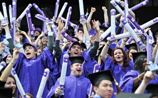 """对许多美国教授而言,中国学生是最具有""""挑战性""""的。图为纽约大学毕业典礼。 (Slaven Vlasic/Getty Images)"""