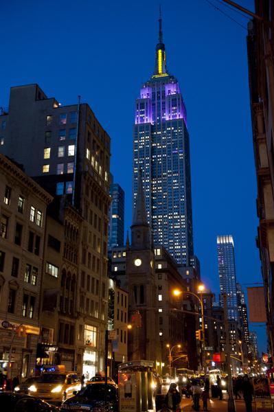 纽约帝国大厦顶楼的灯光几乎是从不熄灭,而且根据不同节日变换不同颜色,已经成为纽约的一大景观。(戴兵/大纪元)