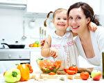 在美國。家庭烹飪培訓蔚成時尚:孩子學習親手製作簡單、美味又營養健康的食物,在此過程中會獲得全面成長,並對家庭和同齡人帶來十分積極的影響。(Fotolia)