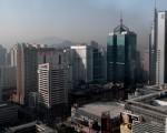 25日,微博爆出消息称,大陆深圳两个均价过10万/㎡的楼盘上市,最贵42万元/㎡开售?图为深圳楼房。(PHILIPPE LOPEZ/AFP)
