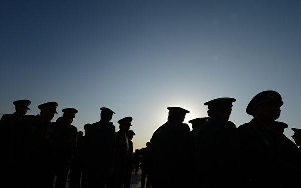 """江泽民通过裁军,把大批正规军变成武警,在2002年后成为江的""""私家军""""。(MARK RALSTON/AFP/Getty Images)"""