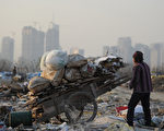 北京大學一份研究報告顯示,中國目前的貧富差距已經居世界所有國家之最。這巨大的貧富差距恐造成社會動盪。 (AFP)