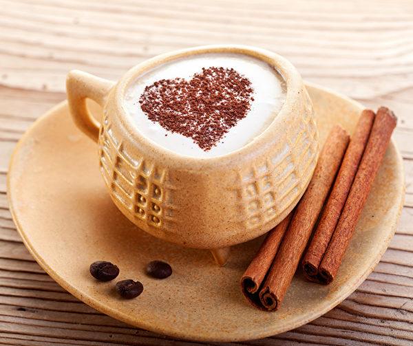 用肉桂棒攪拌咖啡,口感更加香甜。當然,加肉桂粉也可以。(Fotolia)