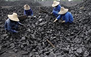 2015年前11個月,中國煤炭工業利潤只有51.3億元(人民幣,下同),同比減少500億元,降幅為90.7%。圖為安徽省礦工。(AFP)