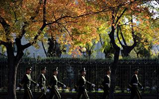 面對習近平「打虎」強勢布局。公安部、全國人大表現怠慢,而最高法院、最檢察院表態迅速。圖為北京長安街武警巡逻。(MARK RALSTON/AFP/Getty Images)