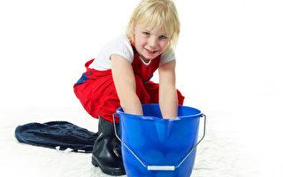 可愛的女孩正準備大掃除。(fotolia)