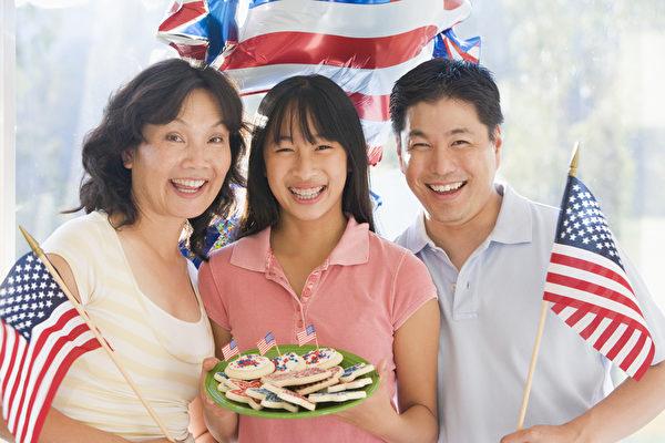 美国亚裔整体表现亮眼,《纽约时报》专栏作家尼古拉斯‧克里斯托夫(Nicholas Kristof)认为,主要可以归因于努力、稳固的家庭和重视教育。(Fotolia)